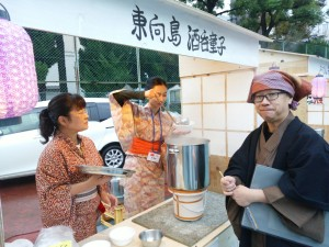 売り子としてスープを提供する留学生(中央)